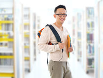 Azjatycki dorosły uczeń w bibliotece fotografia stock