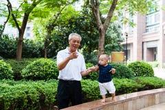 Azjatycki dziad i wnuk obraz stock