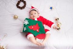 Azjatycki Dziecięcy dziecko w Santa bożych narodzeń kostiumowym świętowaniu na bielu Zdjęcie Royalty Free