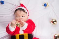 Azjatycki Dziecięcy dziecko w Santa bożych narodzeń kostiumowym świętowaniu na bielu Obrazy Stock