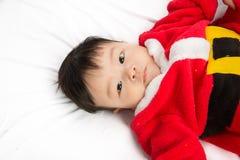 Azjatycki Dziecięcy dziecko w Santa bożych narodzeń kostiumowym świętowaniu na bielu Fotografia Stock