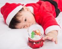 Azjatycki Dziecięcy dziecko w Santa bożych narodzeń kostiumowym świętowaniu na bielu Zdjęcia Stock
