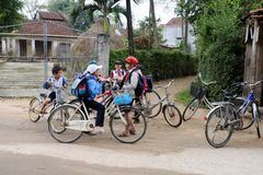 Azjatycki dzieciaka kolarstwo iść szkoła zdjęcie royalty free