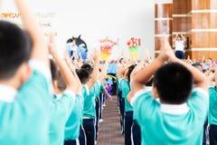 Azjatycki dzieciaka stojak w linii i ćwiczenie przy plenerowym fotografia stock