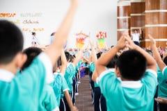 Azjatycki dzieciaka stojak w linii i ćwiczenie przy plenerowym obraz royalty free