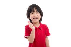 Azjatycki dziecko je lizaka na białym tle Obrazy Royalty Free