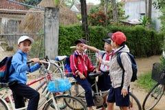 Azjatycki dziecko stojak wpólnie po szkoły obrazy royalty free