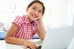 Azjatycki dziecko Używa laptop W Domu Zdjęcie Stock