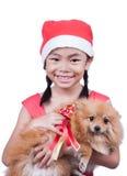 Azjatycki dziecko w Santa kapeluszu z psem Fotografia Royalty Free