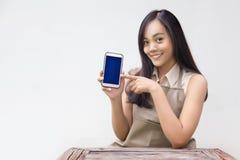 Azjatycki dziewczyna punkt wisząca ozdoba ekran z fartuch suknią obrazy stock