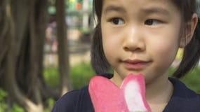 Azjatycki dziewczyna smak je lody pojęcie Zdjęcia Royalty Free