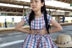 Azjatycki dziewczyny cierpienie od stomachache zdjęcia royalty free