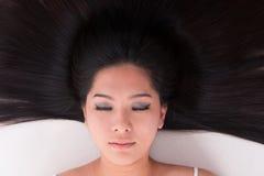 Azjatycki dziewczyny lying on the beach na bielu z rozprasza włosy zdjęcie royalty free