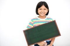 Azjatycki dziewczyny ono uśmiecha się i ręki mienia pustego miejsca deska zdjęcia stock