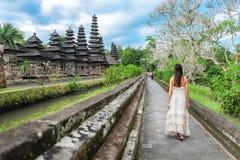 Azjatycki dziewczyny pozycji przód brama Pura Taman Ayun świątynia w Bali, Indonezja zdjęcie stock