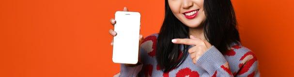 Azjatycki dziewczyny use ochraniacz, poj?cie technologia, dzia?anie, internet w domu, etc fotografia stock