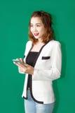 Azjatycki dziewczyny use smartphone zdjęcia royalty free
