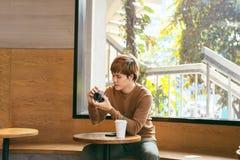 Azjatycki facet bierze fotografię z kamerą zdjęcia royalty free