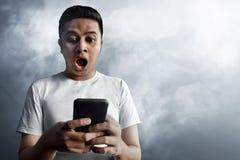 Azjatycki facet zaskakujący na dymnym tle fotografia royalty free