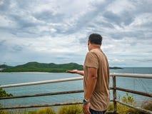 Azjatycki Gruby podróżnika stojak na punkt widzenia z tropikalnym idyllicznym oceanem i bielu obłocznym niebem w urlopowym czasie obraz stock