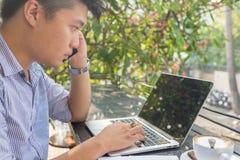 Azjatycki inwestor ogląda zmianę rynek papierów wartościowych na laptopie obraz royalty free