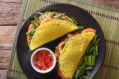 Azjatycki jedzenie: krepy z wieprzowiną, garnelą, cebulami i bobowymi flancami, Obrazy Stock