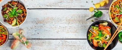 Azjatycki jedzenie słuzyć na drewnianym stole, odgórny widok, przestrzeń dla teksta Fotografia Stock