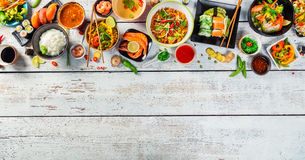 Azjatycki jedzenie słuzyć na drewnianym stole, odgórny widok, przestrzeń dla teksta Zdjęcia Royalty Free
