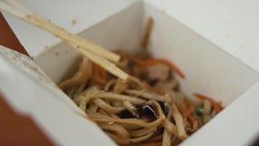 Azjatycki karmowy kochanek dodaje ostrygowego kumberland udon kluski i miesza je zdjęcie wideo