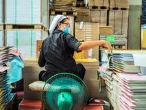 Azjatycki kobiet grupować tapetuje stos gotowy robić książce Obrazy Royalty Free