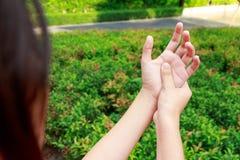 Azjatycki kobiet ręk ból w ogródzie Zdjęcie Stock