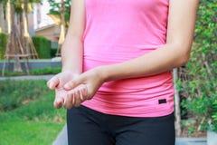 Azjatycki kobiet ręk ból w ogródzie Zdjęcie Royalty Free