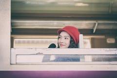 Azjatycki kobieta podróżnik ekscytować z podróżować pociągiem przy Hua Obrazy Royalty Free