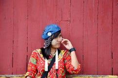 Azjatycki kobieta portret z drewnianym czerwonym tłem Zdjęcia Royalty Free