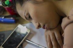 Azjatycki kobieta pracownika cierpienie od skaleczenia, zm?czenie, b?l przy szyj?, mi?sie?, stresuj?cy si? podczas pracowa? z lap zdjęcie royalty free