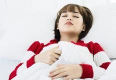 Azjatycki kobieta sen na białej poduszce na łóżku w sypialni w wakacje szczęśliwy relaksuje czas obrazy stock