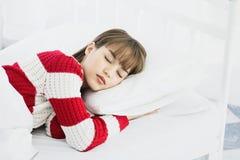 Azjatycki kobieta sen na białej poduszce na łóżku w sypialni w wakacje szczęśliwy relaksuje czas obrazy royalty free