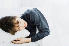 Azjatycki kobieta sen na białej poduszce na łóżku w sypialni w wakacje szczęśliwy relaksuje czas fotografia stock