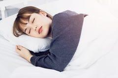 Azjatycki kobieta sen na białej poduszce na łóżku w sypialni w wakacje szczęśliwy relaksuje czas fotografia royalty free