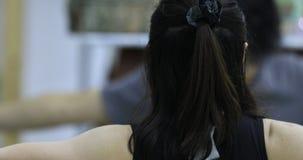 Azjatycki kobieta uczenie joga w domu