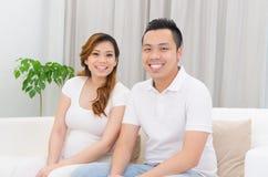 Azjatycki kobieta w ciąży i mąż Zdjęcia Royalty Free