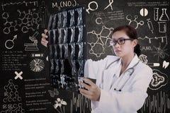 Azjatycki kobiety lekarki chwyta promieniowanie rentgenowskie w lab Fotografia Stock