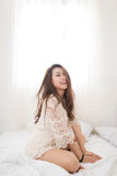 Azjatycki kobiety oddychanie, obsiadanie na łóżku z okno i w domu Obrazy Stock