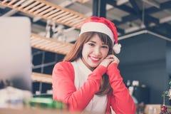 Azjatycki kobiety odzieży Santa Claus kapelusz w domu dziewczyna z bożymi narodzeniami tr Obraz Stock