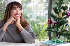 Azjatycki kobiety odzieży Santa Claus kapelusz w domu dziewczyna z notatnikiem, gi Obrazy Royalty Free