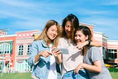 Azjatycki kobiety selfie themselves z telefonem w pastelowym miasteczku po robić zakupy zdjęcia stock
