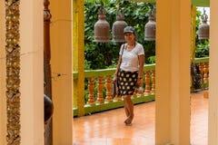 Azjatycki kobiety stać bosy przed krótkim rzędem dzwony zdjęcia royalty free