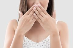 Azjatycki kobiety use oba ręki zamyka usta dla no komentować obrazy stock