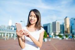 Azjatycki kobiety use telefon komórkowy w Hong Kong Fotografia Royalty Free