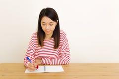 Azjatycki kobiety writing na notatniku Fotografia Royalty Free